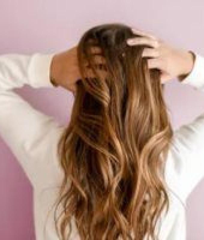 دهون الجسم والفطريات أبرز أسباب رائحة الشعر الكريهة.. وهذه طرق العلاج