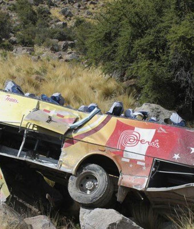 مصرع 17 شخصاً جراء سقوط حافلة في واد بالبيرو