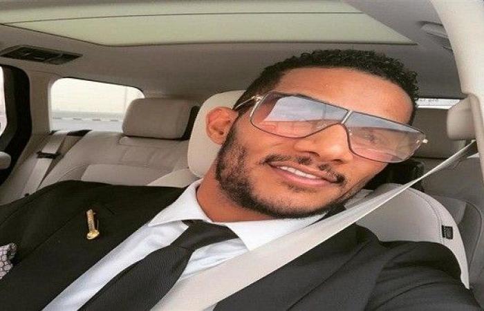 """محمد رمضان يغنى ويرقص على سيارته مع الجمهور فى """"روض الفرج"""""""