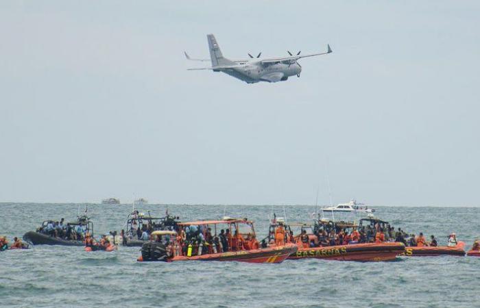 مواصلة البحث عن ضحايا وحطام الطائرة الإندونيسية