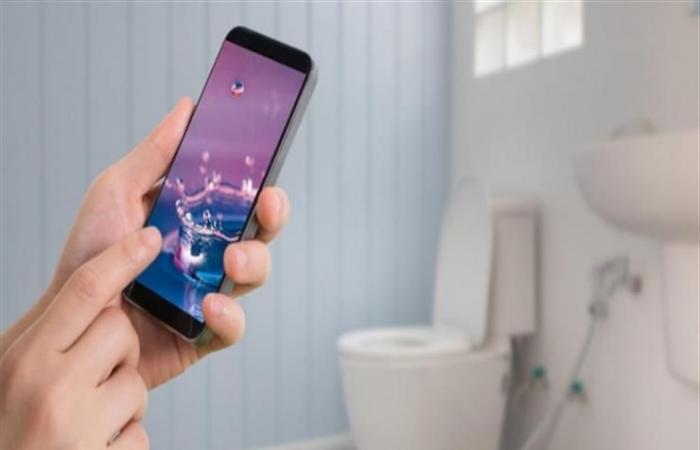 6 أسباب مقلقة تحذرك من الدخول إلى الحمام بهاتفك المحمول