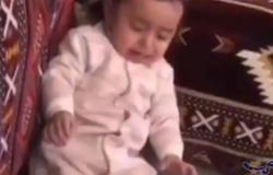 فيديو طريف يظهر قدرة النقود على وقف بكاء رضيع